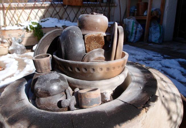 Céramiques cuites dans un four à bois en terre crue