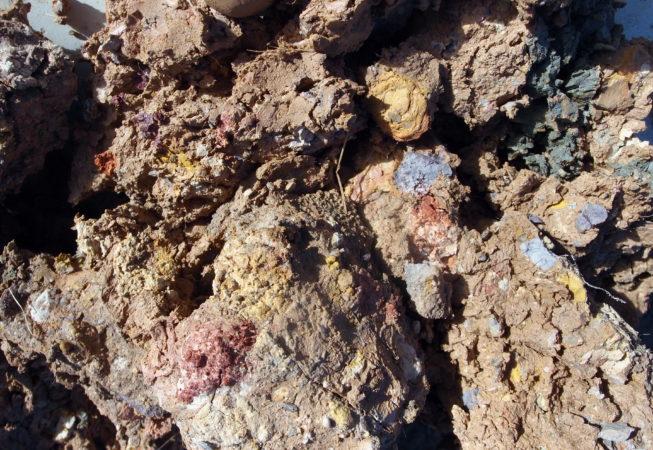 Terre argileuse et ocres colorés de jaune, rouge, blanc, violet
