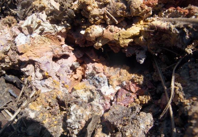 Terres argileuses colorées de jaune, orange, violet, blanc