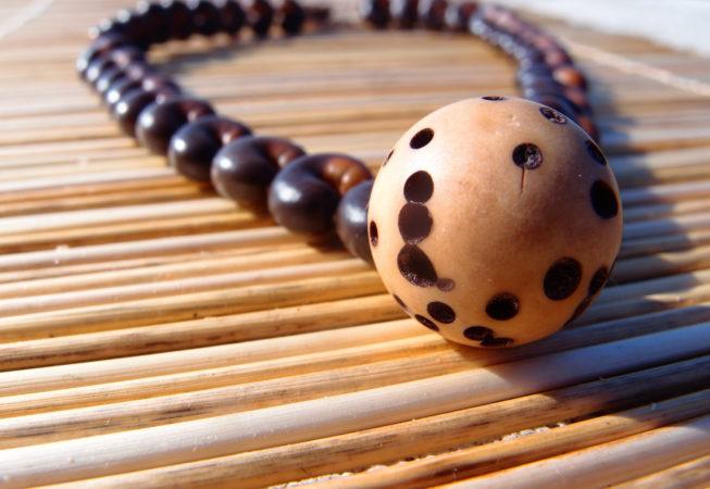 Collier en graines de baobab et graine de raphia