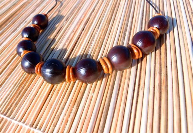Collier en graines de mirobolant et graines de bois noir des Bas