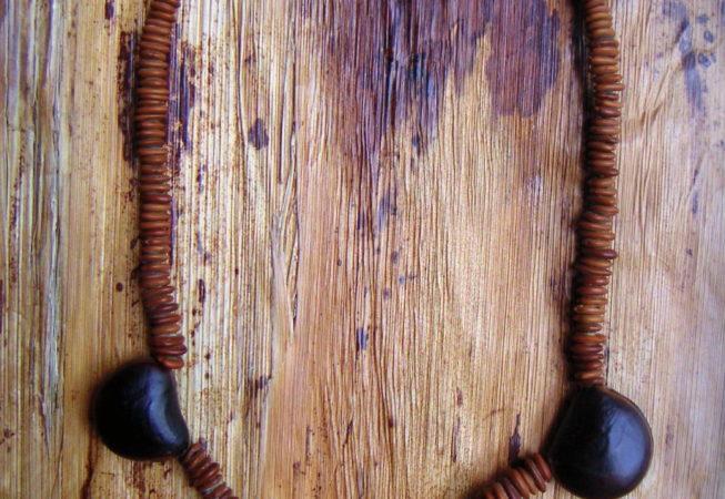 Collier  graines de bois noir des Bas et œils de bœuf