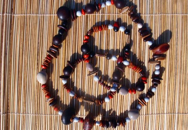 Colliers en graines tropicales variées