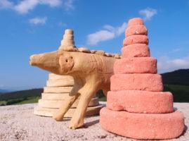 Créations en terre crue : un animal et deux pyramides