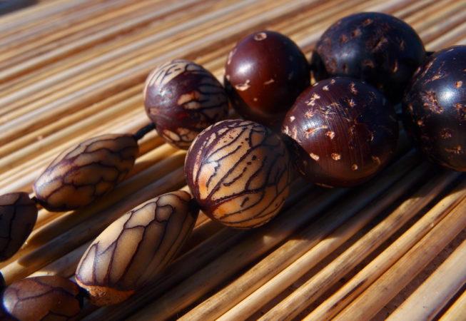 Détail du pendentif en graines de palmier