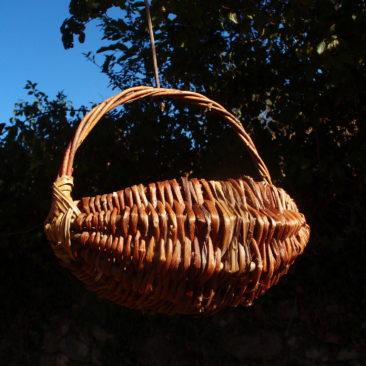 Panier sur arceaux tressé avec des lianes de houblon