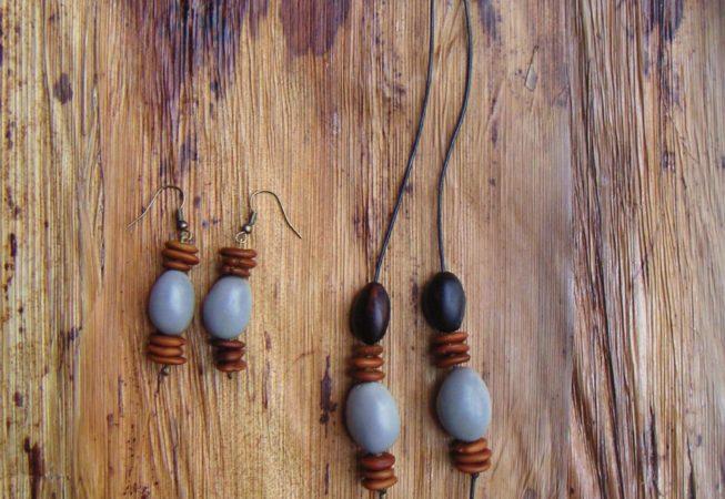 Parure boucles d'oreilles et pendentif : graines de pois bord de mer, bois noir d'en Bas, caniques grises, dioclea