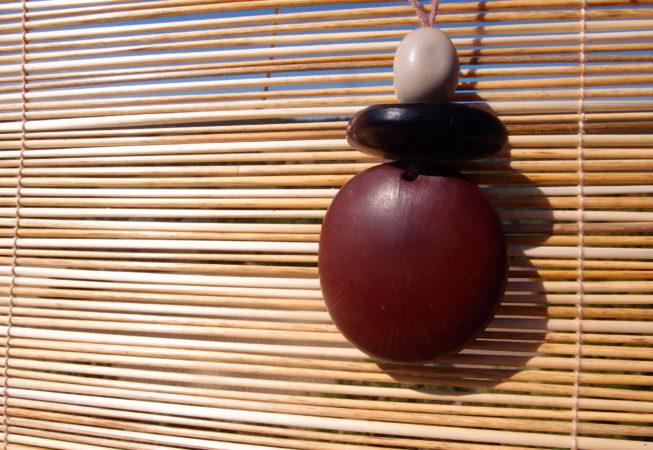 Pendentif en graines de  haricot géant et graine de canique grise