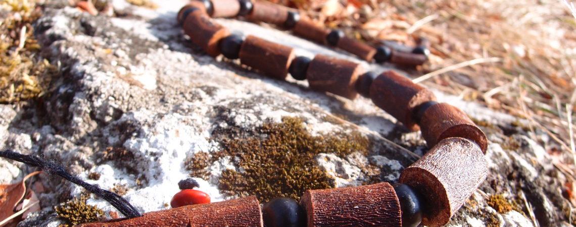 Petit serpent en palétuvier et graines