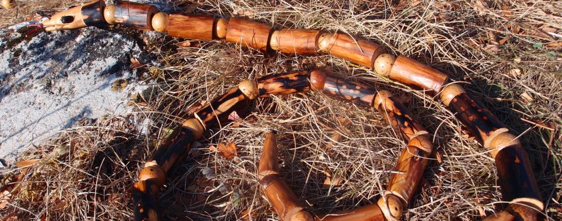 Serpent en bois de merisier et galles de chêne