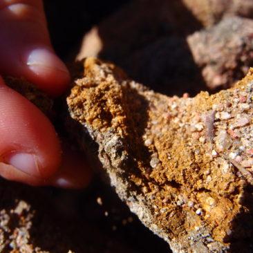 Arène granitique contenant l'argile primaire