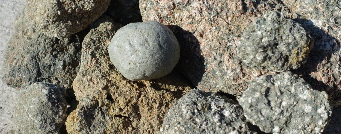 Arènes granitiques et boule d'argile primaire