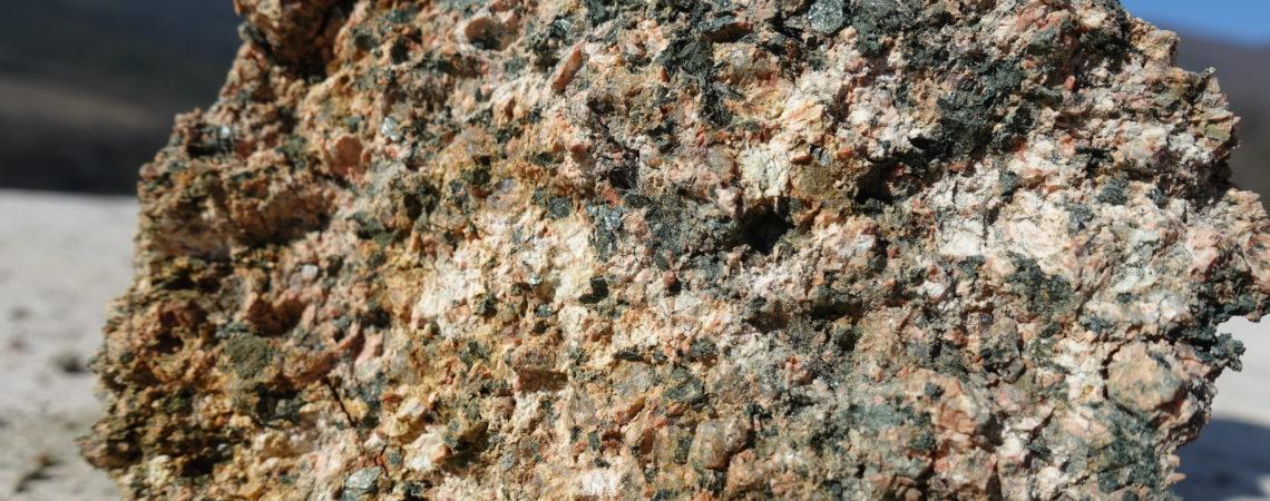 feldspath et mica altérés en argile,  quartz