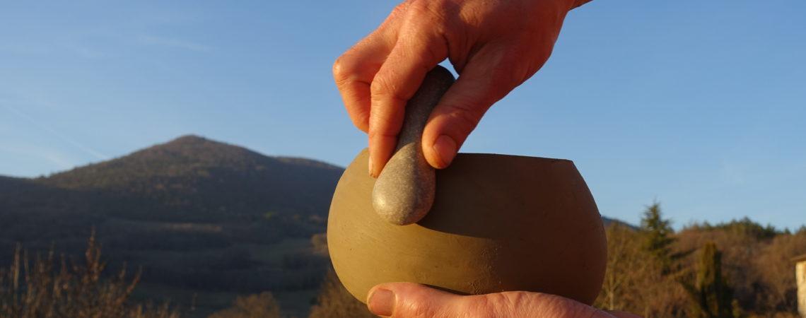 Lissage d'une poterie au galet humide