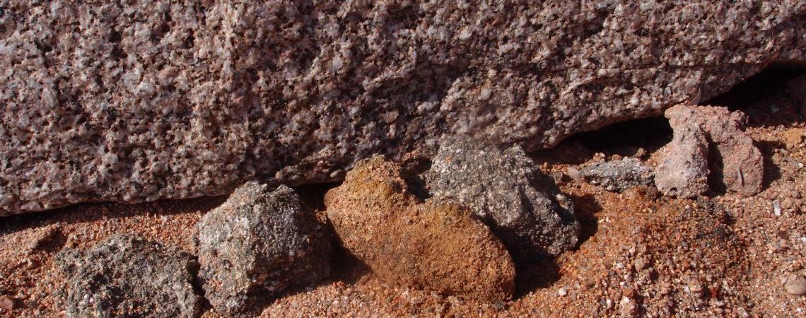 Motte d'arène granitique sur la plage devant du granite