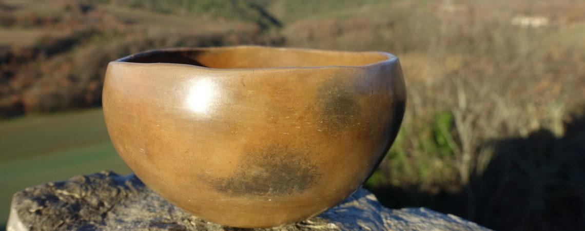Reflet brillant d'un petit bol poli au galet