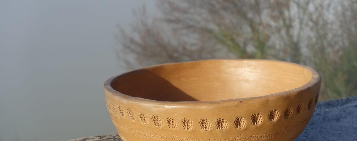 Plat en poterie polie au galet