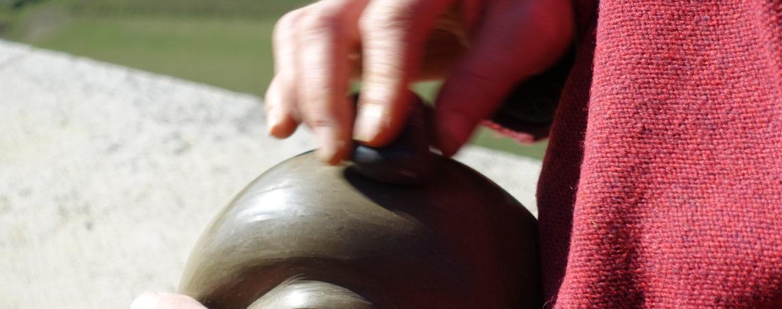 Polissage au galet d'une poterie séchée à l'aspect cuir