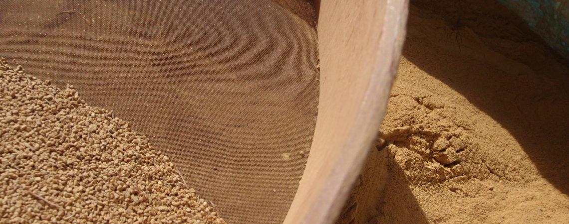 Tamisage d'argile sèche en poudre