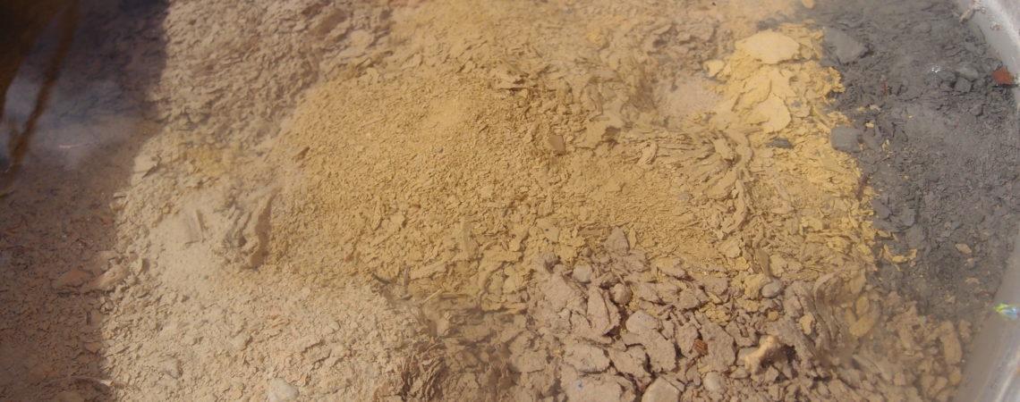 Trempage de terre argileuse dans de l'eau