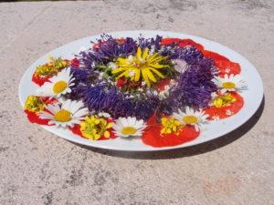 Assiette de salade de fleurs printanières