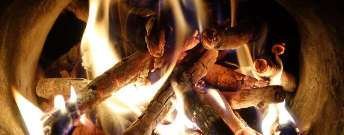 Carbonisation au feu du fusain en vase clos