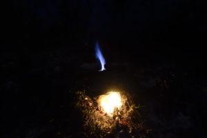 Cuisson dans un four à céramique à bois creusé dans la terre