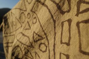 Tissu teint à l'aide de la technique du bogolan