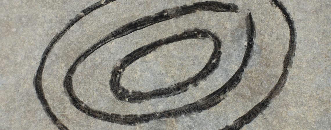 Traces de fusain sur une pierre