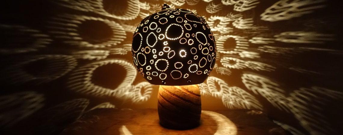 Lampe en calebasse sur pied en fruit de baobab