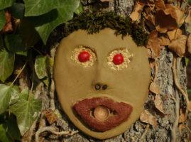 Masque de terre crue sur une écorce de chêne