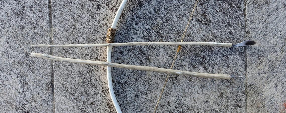 Arc en noisetier avec une corde de fibres végétales et deux flèches