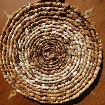 Corde tressée à 3 brins en feuilles d'iris, lovée en spirale