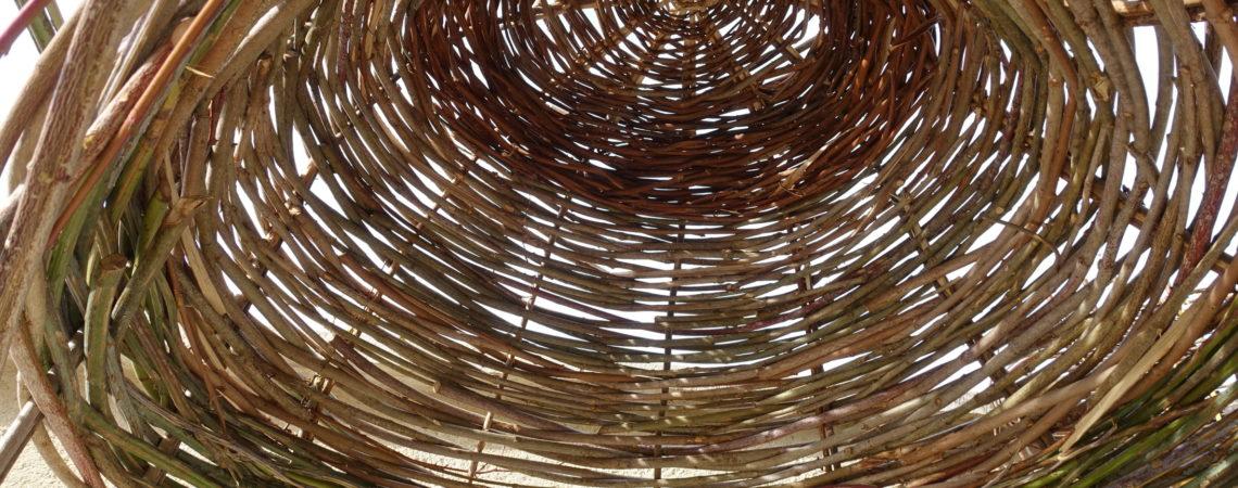 Intérieur d'une cabane en vannerie sur croisée de végétaux sauvage