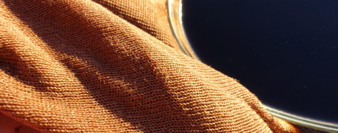 Tissu de chanvre teint devant son bain de teinture de pisolithe du teinturier
