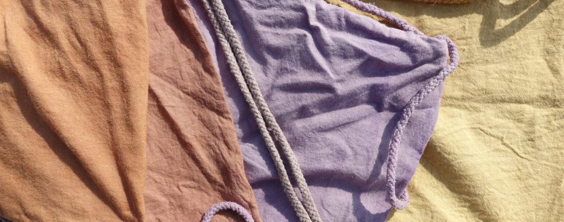 Teintures végétales sur sacs de coton : arbousier, aulne, raisin, ajonc