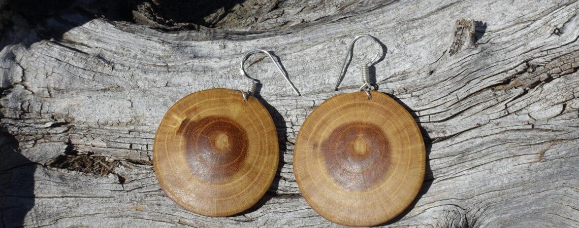 Boucles d'oreilles en bois de mûrier sur un tronc de genévrier