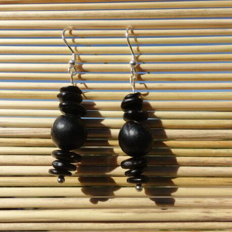 Boucles d'oreille graines de savonnette et graines noires