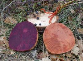 Rondelles de bois teintes avec des baies et des racines de garance voyageuse